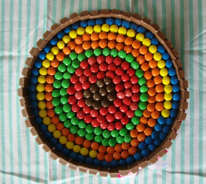 M&M's op taart