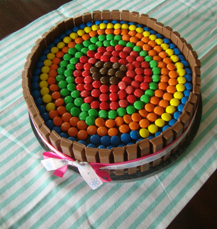 Regenboog M&M Kitkat taart