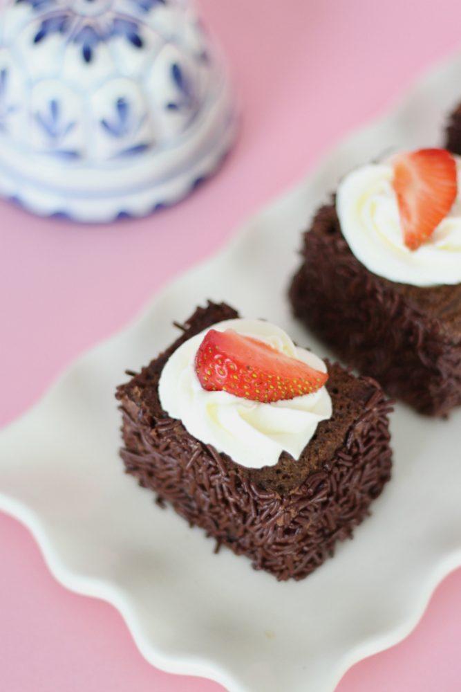 Chocoladecakejes met aardbeien en slagroom