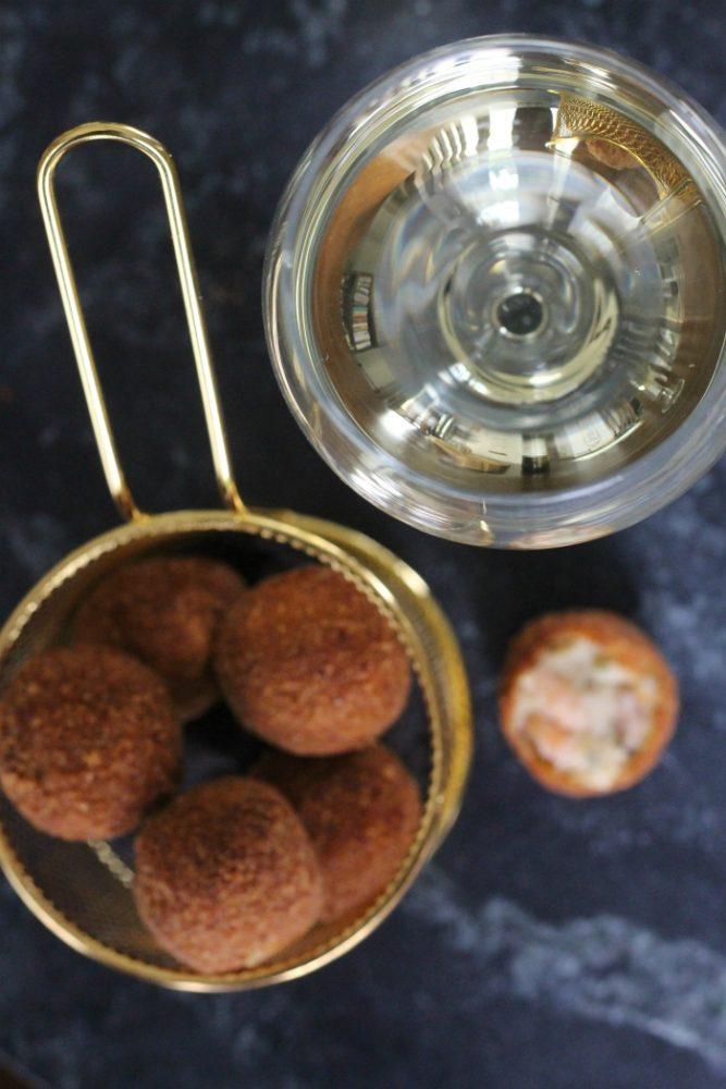 Garnalenbitterballen met wijn