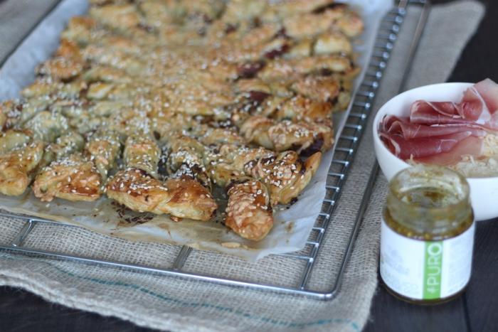 bladerdeegster met pesto, ham en kaas